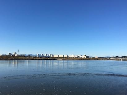 宮崎市大淀川と土手の12月の風景