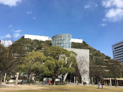 福岡天神中央公園とアクロスと梅の花