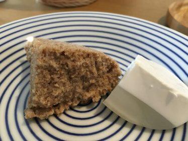 そば粉と全粒粉の塩蒸しケーキ