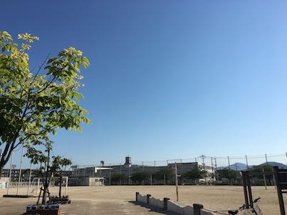 福岡県春日市春日野小学校の校庭の日曜日の風景