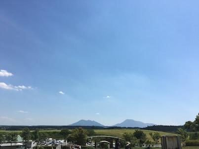 阿蘇の産山牧場のヤギとエミューとポニーと風景
