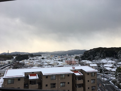 雪で真っ白の春日の風景